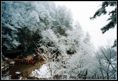 欣赏南芬影视基地的独特魅力;本溪满族自治县汤沟风景区推出冬季泡